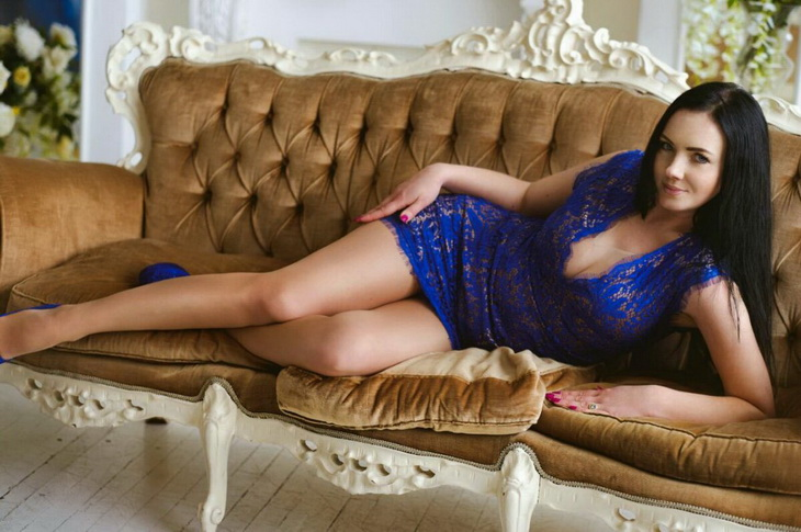 Escort girl Istanbul Viktoria looks stunningly hot in this blue dress and the same blue high heels