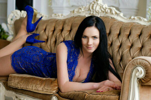 Escort girl Istanbul Viktoria is in the blue dress that is so tight to her bare body underneath