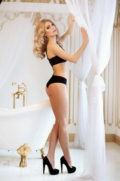 Exclusive escort in Istanbul dolly Eva is a toy for the grown-up boys and that is why she likes to wear expensive stuff on her to the delight of such boys