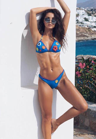 Escort girl in Istanbul is showing her amazing slimness & sexy shape. Long legs & zero fat are great