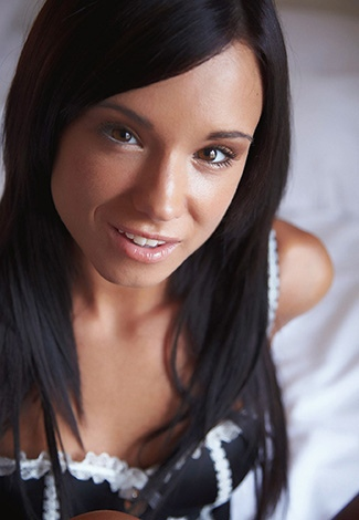 Escort Istanbul English girl's eyes shine moistly and call to get to know her better tonight