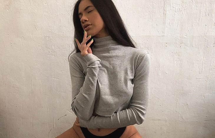Istanbul escort whatsapp girl shows thighs with black panties on; she has taken an erotic pose