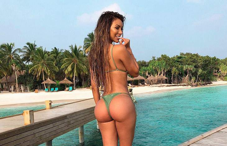 Ukrania escort in Turkey shows her wonderful bulgy ass that you can try