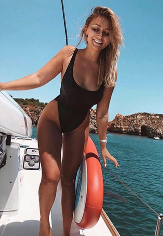 Rus eskort Istanbul woman is dressed in a body-tight black swimsuit