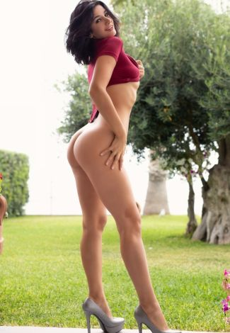 Istanbul VIP bayan escort chick exposes the naked butt cheeks and smiles very alluringly