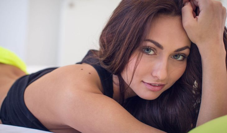 Rus escort besiktas shows her nice face, lying on the bed really close to the camera