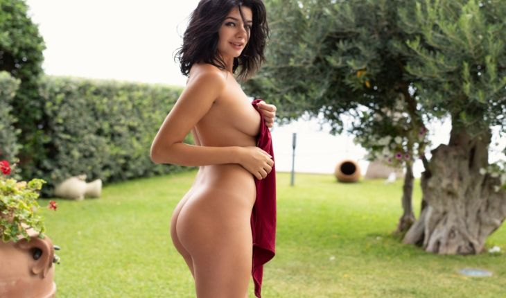 Istanbul VIP bayan escort lady shows her complete nakedness and holds a red apparel