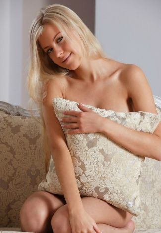 Rus escort Istanbul pussycat covers some part of her nudity with a pillow, giving a pleasant smile
